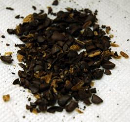 コーヒーミルで豆を割る